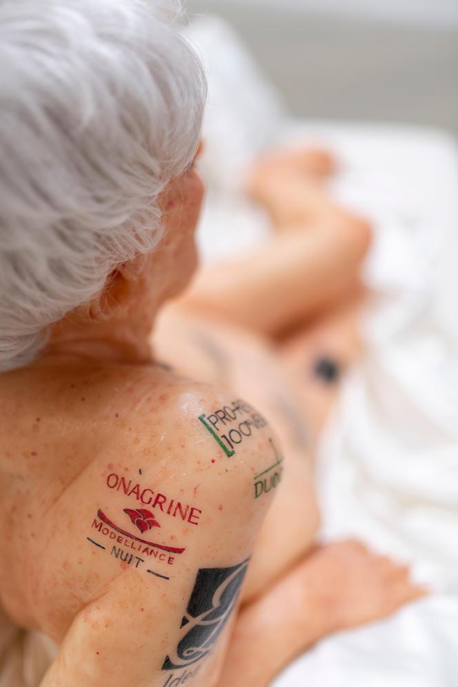 «La Vieille femme aux tatouages», 2002, collection privée – GILLES BARBIER – TRAVAILLER LE DIMANCHE. HAB GALERIE – VOYAGE À NANTES.