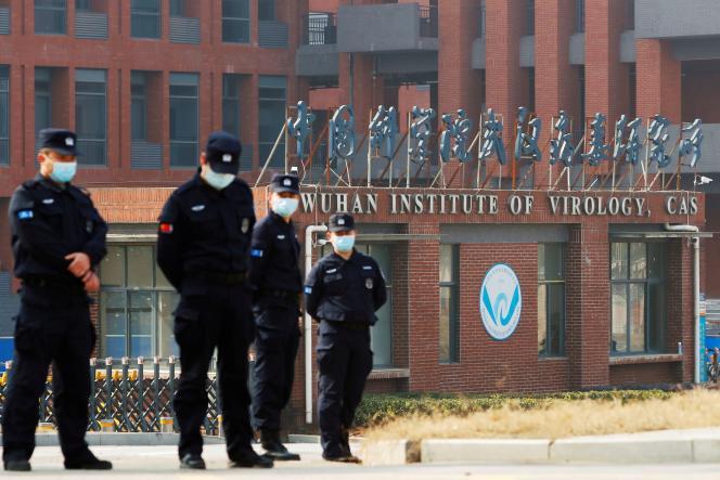 Des équipes de sécurité chinoise à proximité du laboratoire de virologie de Wuhan, lors de la visite des enquêteurs de l'OMS, le 3 février 2021.