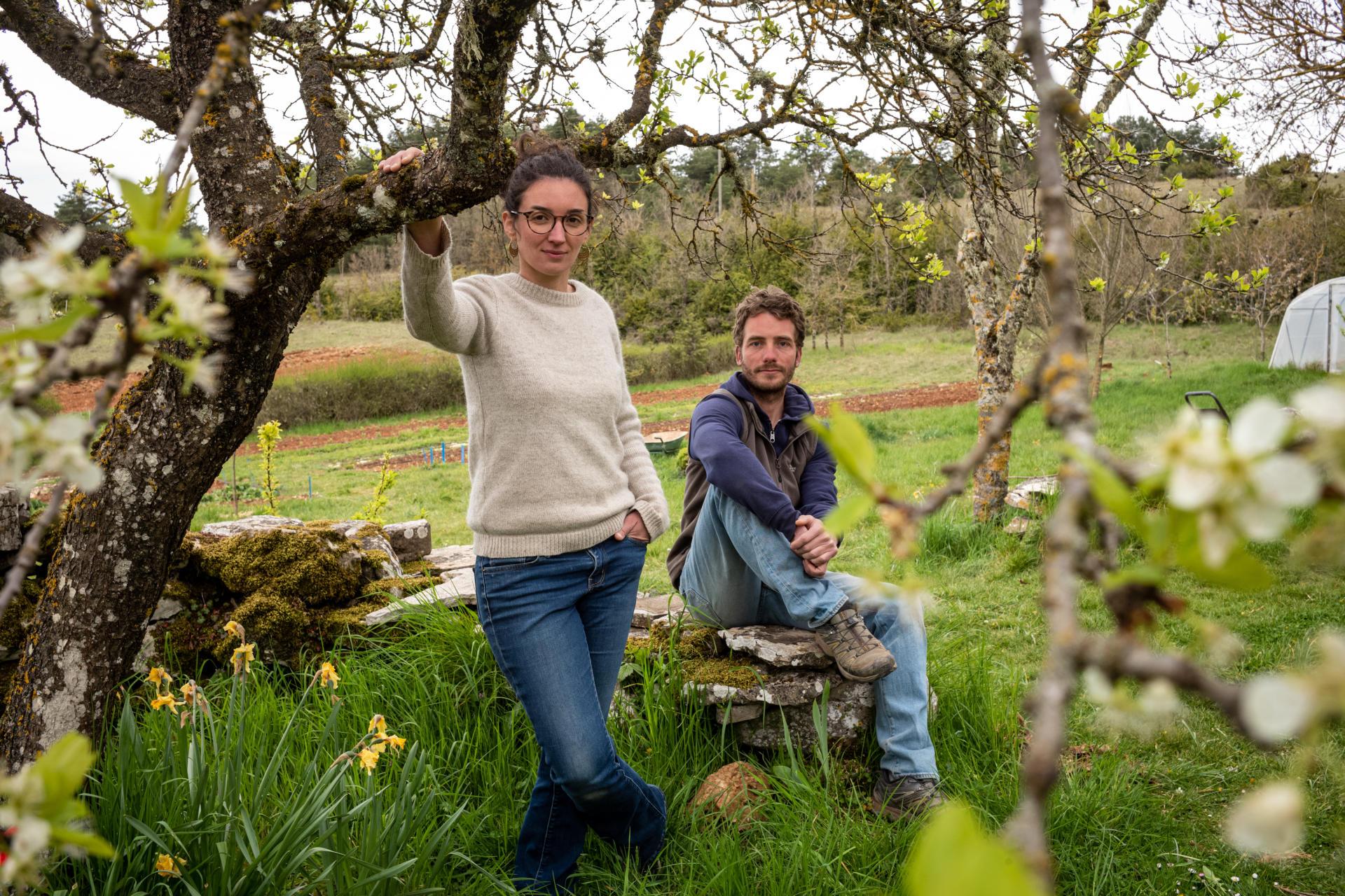 Marion et Romain, trentenaires, ont repris le flambeau des Aromatiques du Larzac il y a cinq ans, à la ferme des Homs (Aveyron) le 26 avril 2021.