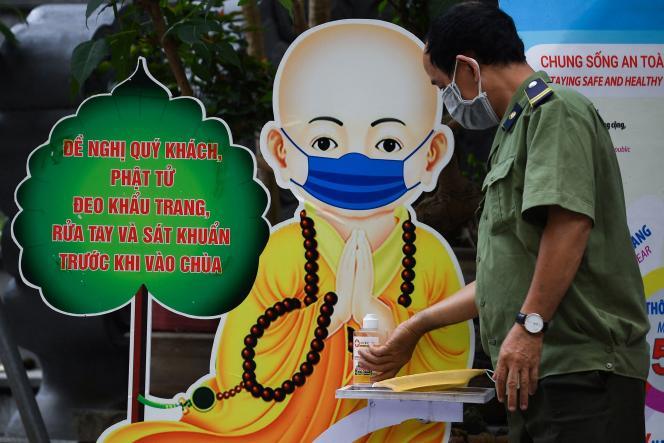 Un officier de sécurité se désinfecte les mains, à Hanoï, au Vietnam, le 26 mai 2021.