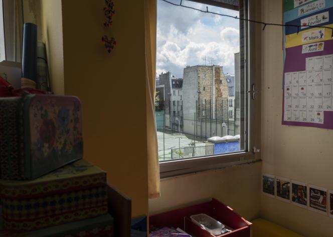 Dans cette salle de classe équipée d'un appareil de mesure de la qualité de l'air intérieur, lorsque le voyant monte au orange puis au rouge, l'enseignante peut ouvrir la fenêtre pour aérer. Paris, le 19 mai 2021.