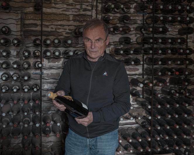 Bernard Hinault dans sa cave à vin, à Calorguen (Côtes-d'Armor), le 25 mai 2021.