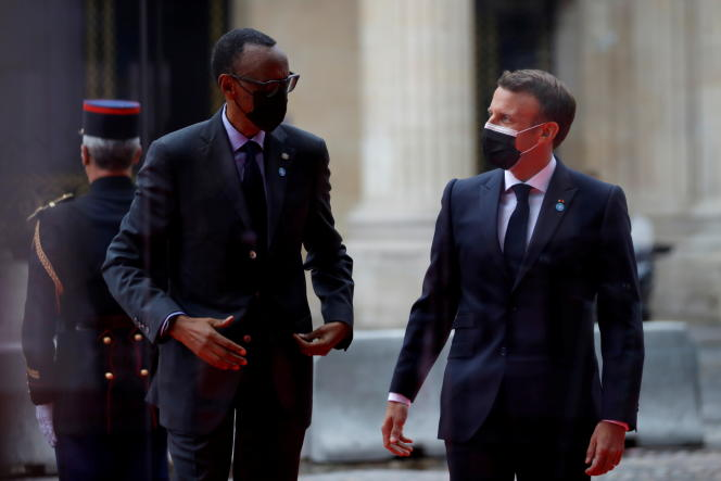 Le président français, Emmanuel Macron, accueille son homologue rwandais, Paul Kagame, lors d'une conférence internationale sur le Soudan, à Paris, le 17mai 2021.