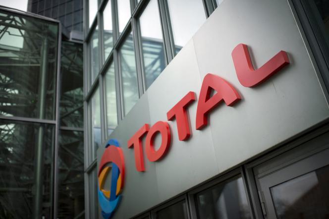 Le logo du siège du groupe pétrolier français Total dans le quartier d'affaires de la Défense, dans les Hauts-de-Seine, en 2014.