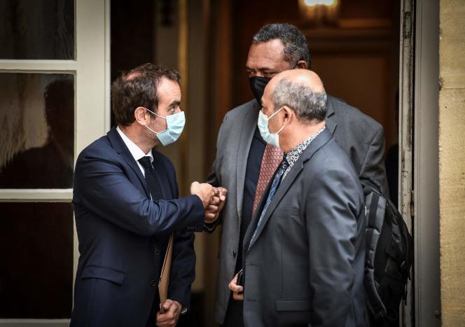 Le ministre des outre-mer (à gauche) Sébastien Lecornu et des représentants du FLNKS-UC, à l'hôtel Matignon, le 26 mai.
