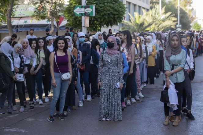 Des étudiants attendent pour aller voter, à Damas.