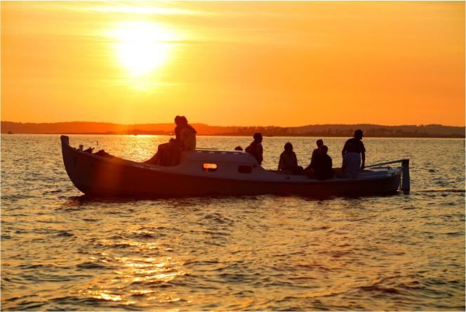Pinasse sur coucher de soleil dans le Bassin d'Arcachon