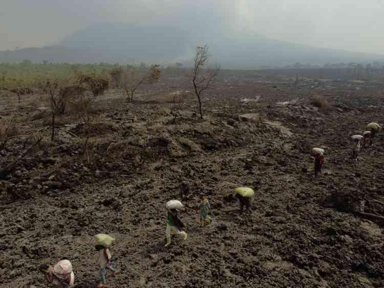 Los terremotos continuaron el jueves cerca de Nyiragongo, alcanzando una magnitud de 4.9.  Se han sentido casi 400 terremotos desde el domingo, cuando la erupción del 22 de mayo no dio ninguna señal de advertencia.  Las autoridades evocan el riesgo de
