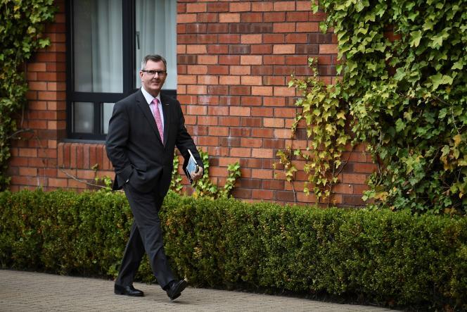 Le député Jeffrey Donaldson lors de la conférence de presse du chef du parti unioniste démocratique (DUP), Edwin Poots, à Belfast, en Irlande du Nord, le 27mai 2021.
