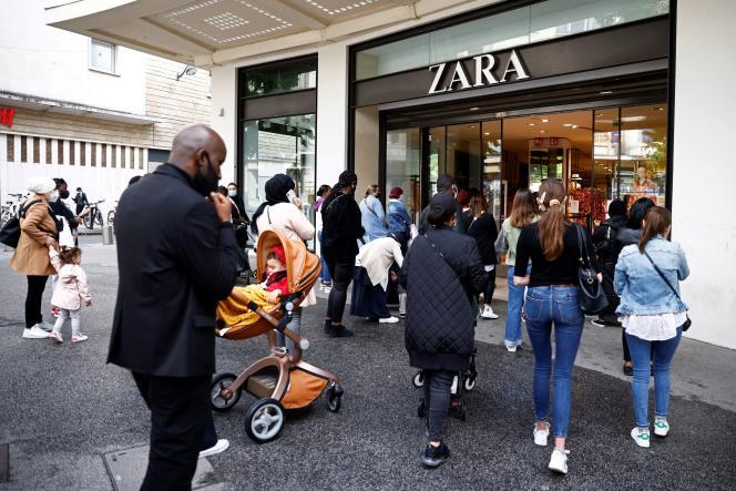 Des clients entrent dans un magasin Zara, à Nantes (Loire-Atlantique), le 19 mai.