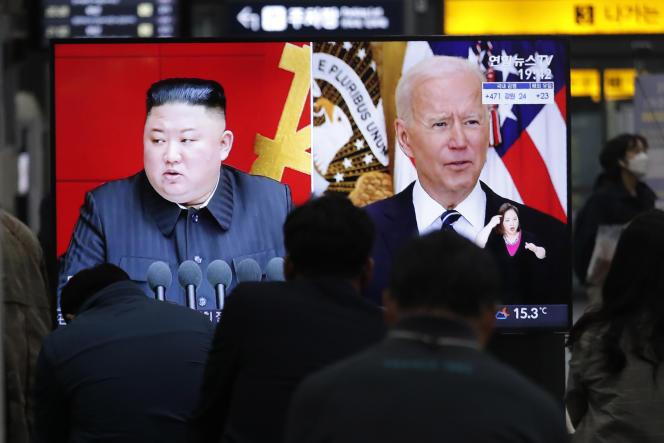 Kim Jong-un et le président américain, Joe Biden, à la télévision sud-coréenne, le 26 mars 2021.