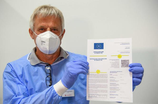 Le docteur Christoph Borch présente un modèle de passeport vaccinal (CovPass), au centre de vaccination de Babelsberg, à Potsdam, en Allemagne, le 27 mai 2021.