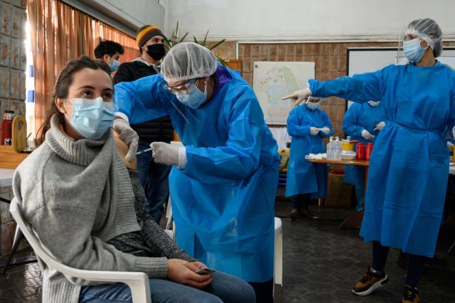 Une femme reçoit sa première dose du vaccin anti-Covid-19 de Pfizer-BioNTech, le 26mai 2021 à Paso de Carrasco, en Uruguay.
