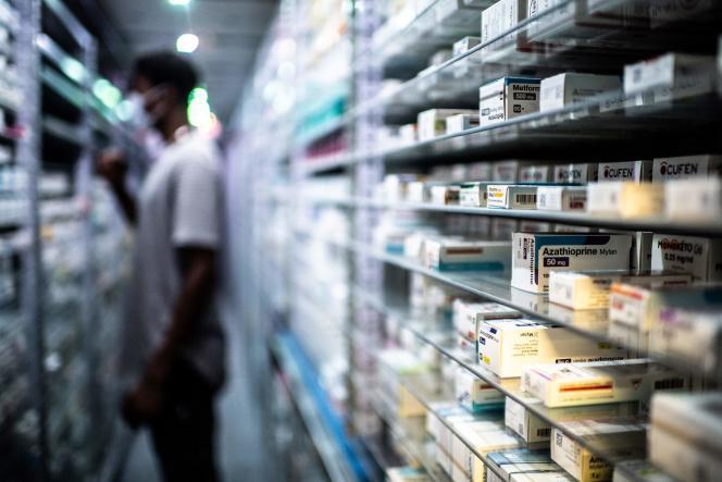 Un employé range des médicaments dans un robot de la plus grande pharmacie française à Paris, le 8 septembre 2020.