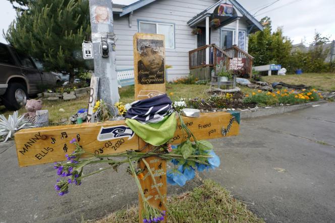 Un mémorial a été aménagé en hommage à Manuel Ellis, à l'endroit même où cet Afro-Américain a perdu la vie lors d'une interpellation policière en mars 2020.