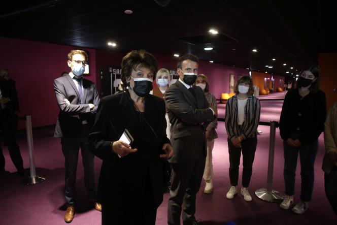 Emmanuel Macron écoute la ministre de la culture Roselyne Bachelot au cinéma Mazarin, à Nevers (Nièvre), le 21 mai 2021.