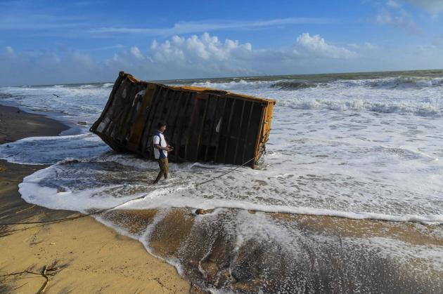 Un conteneur duMV «X-Press-Pearl» échoué sur une plage de Colombo, au Sri Lanka, jeudi 27 mai 2021.