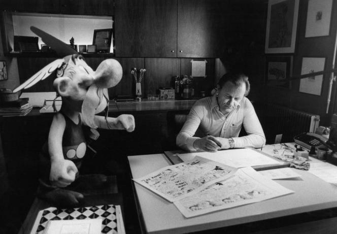 Uderzo à son bureau à Neuilly-sur-Seine, en 1985.