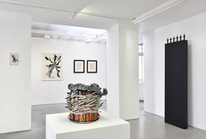 Vue de l'exposition « Dans l'œil de Daniel Pommereulle», Galerie Christophe Gaillard, Paris. De gauche à droite:Hervé Télémaque («Clous expressifs», 1977), Daniel Pommereulle («Autre diable», 1962, et«Objet de prémonition», 1974-1975), Henri Michaux («Dessins post-mescaliniens», 1969) et Jean-Pierre Raynaud («Alphabet pour Adultes», 1963).