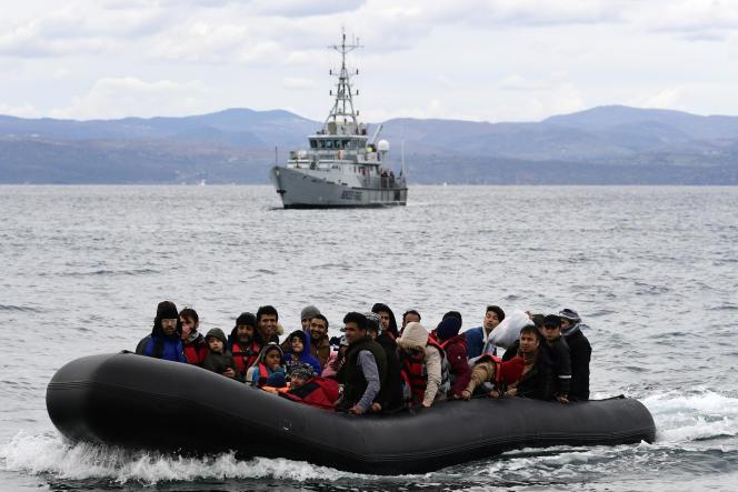 Des migrants au large de Lesbos, en Grèce, accompagnés d'un navire de Frontex,en février 2020.
