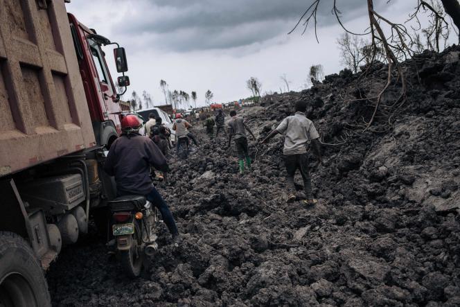 El 22 de mayo, dos inmensos flujos de lava escaparon de los flancos del volcán, uno de los cuales se detuvo en los suburbios del noreste de Goma.
