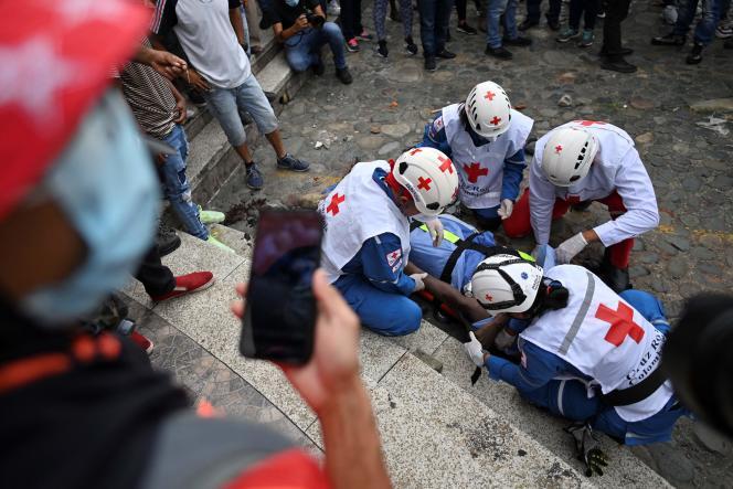 Des secouristes placent sur un brancard le corps d'un homme mort lors d'une manifestation à Cali, le 28 mars 2021.