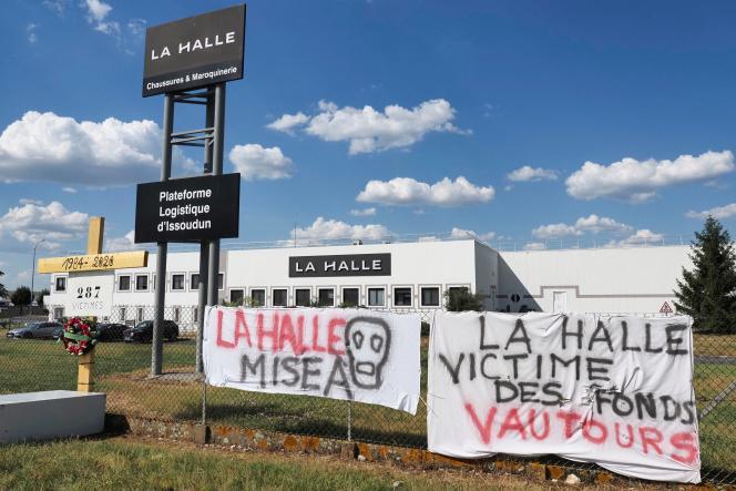 Des banderoles à l'extérieur de l'entrepôt de La Halle, à Issoudun (Indre), le 2 juin 2020, après l'annonce de la fermeture du site.