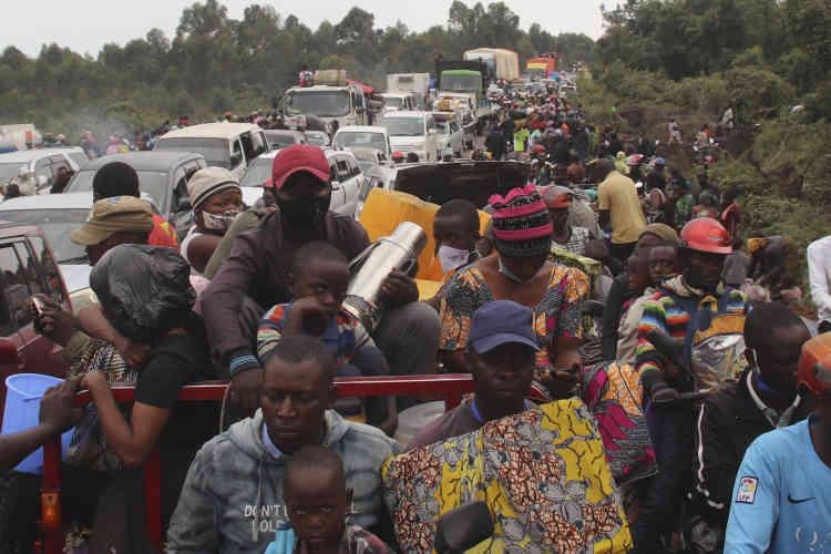 Los residentes de Goma y sus alrededores estaban siguiendo las órdenes de evacuación de las autoridades en la mañana del 27 de mayo, lo que provocó congestión.  Filas de coches, camiones y minibuses abarrotados intentaban llegar a la ciudad de Sake, más al oeste.