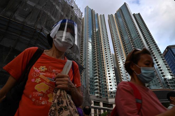 Un immeuble du quartier Grand Central, le 28 mai 2021 à Hongkong, dans lequel se trouve un appartement d'une valeur de plus d'un million d'euros mis en jeu dans le cadre d'une loterie ouverte à tout Hongkongais de plus de 18 ans qui a reçu ses deux doses de vaccin. Une opération destinée à inciter les habitants de la région autonome spéciale à se faire vacciner.
