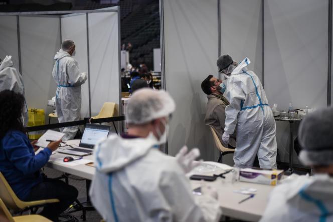 Des équipes médicales testent des volontaires à l'AccorHotels Arena, trois jours avant le concert-test d'Indochine à Paris, le 26 mai 2021.