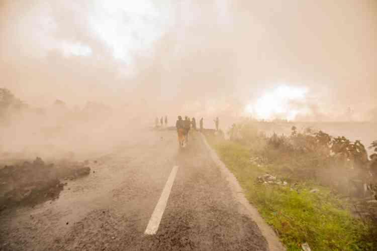 Un flujo de lava se detuvo en las afueras de Goma, amenazando con engullir las casas.  Aterrados, miles de residentes huyeron de la ciudad el sábado.
