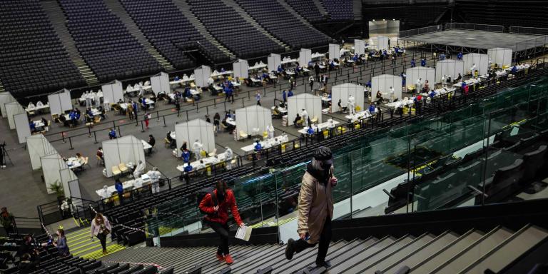 Des volontaires après avoir été testés dans le hall de l'Accor Hotel Arena 3 jours avant le concert-test d'Indochine à Paris, le 26 mai 2021.