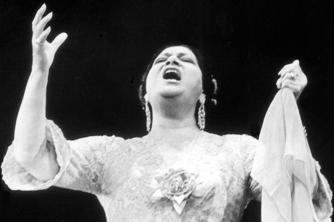 Oum Kalthoum (1904-1975), en concert au Caire, en 1960.