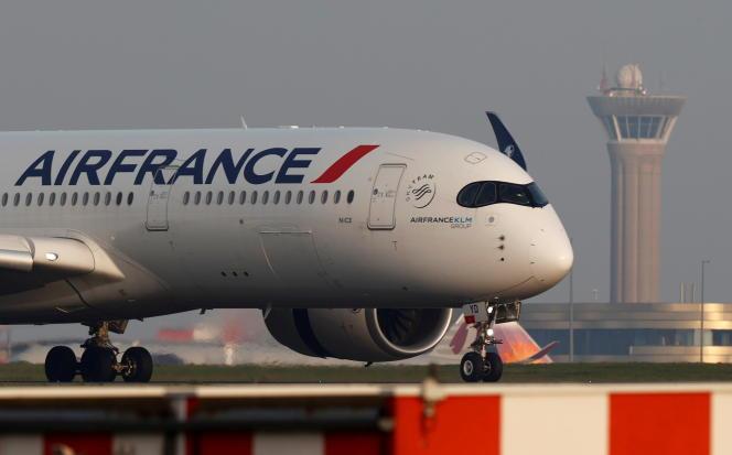 Un Airbus A350 d'Air France après son atterrissage à l'aéroport Roissy-Charles-de-Gaulle, près de Paris, le 2 avril.