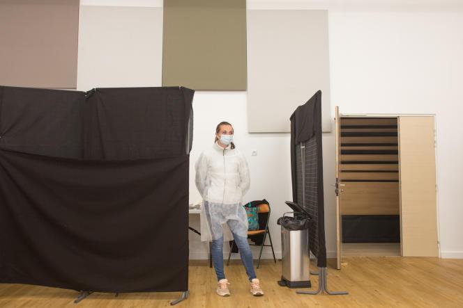 Une infirmière attend des candidats, dans un gymnase converti en centre de vaccination, àSaint-Etienne-de-Tinée (Alpes-Maritimes),le 26mai 2021.