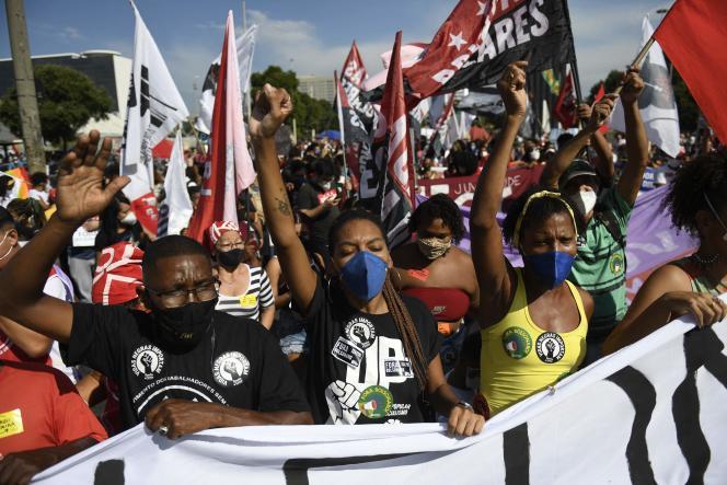 Di Rio, ribuan orang mengambil bagian dalam protes yang diorganisir oleh organisasi sayap kiri pada hari Sabtu dengan seruan tersebut