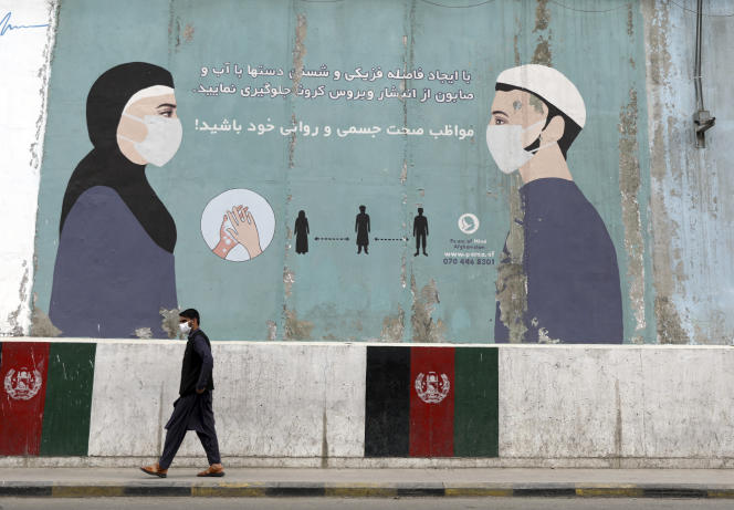 Un dessin sur le mur du ministère afghan de la santé publique, à Kaboul, encourage l'utilisation du masque et les gestes barrières pour éviter la propagation du Covid-19, le 29 mai 2021.