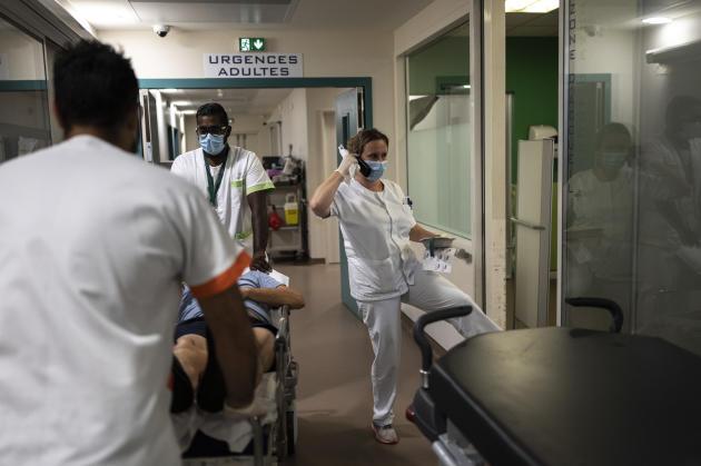 Au centre hospitalier Ouest Réunion (CHOR),le service des urgences adultes ne désemplit pas et les soignants doivent s'adapter à l'afflux de patients. Saint-Paul, île de La Réunion, le 25 mai 2021.