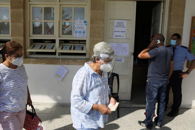 Di luar TPS di Nicosia, Siprus, pada 30 Mei 2021.
