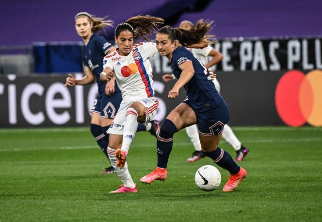 La milieu allemande Sara Dabritz (d) et ses partenaires du PSG ont gagné le championnat de France pour la première fois, devant l'Olympique lyonnais.