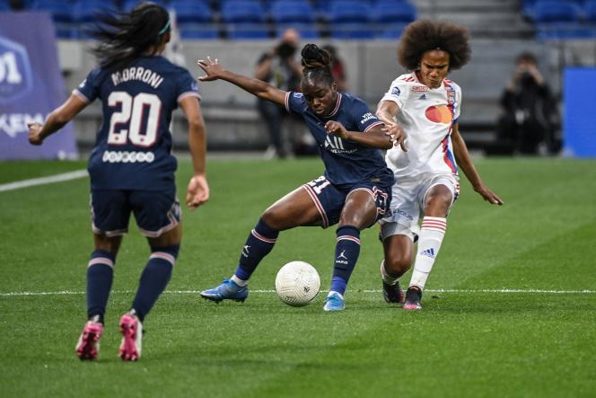 La milieu du PSG Sandy Baltimore résiste à la Lyonnaise Wendie Renard, le 30 mai.