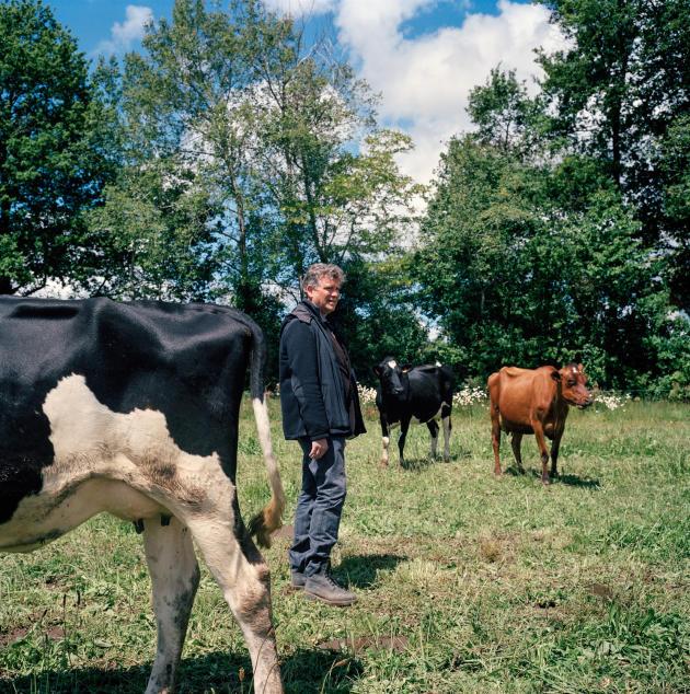 Arnaud Montebourg à la ferme de David et Mathilde Billet, près de Charroux, dans la Vienne, le 19 mai.