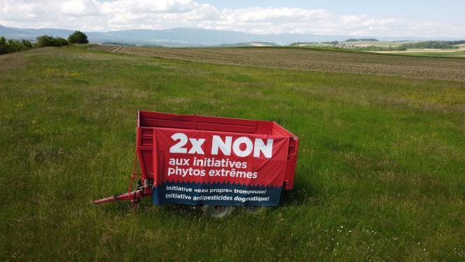 Une banderole invitant à voter« non» au référendum suisse du 13 juin portant, entre autres, sur des mesures permettant de réduire l'utilisation des pesticides dans l'agricultue, à Penthaz, en Suisse, le 31 mai 2021.