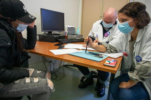 Au service de psychiatrie de l'enfant et de l'adolescent à l'hôpital Robert-Debré, une équipe à l'écoute de Maria, mineure isolée, arrivée à 14 ans en Espagne depuis l'Algérie, le 2 mars 2021.
