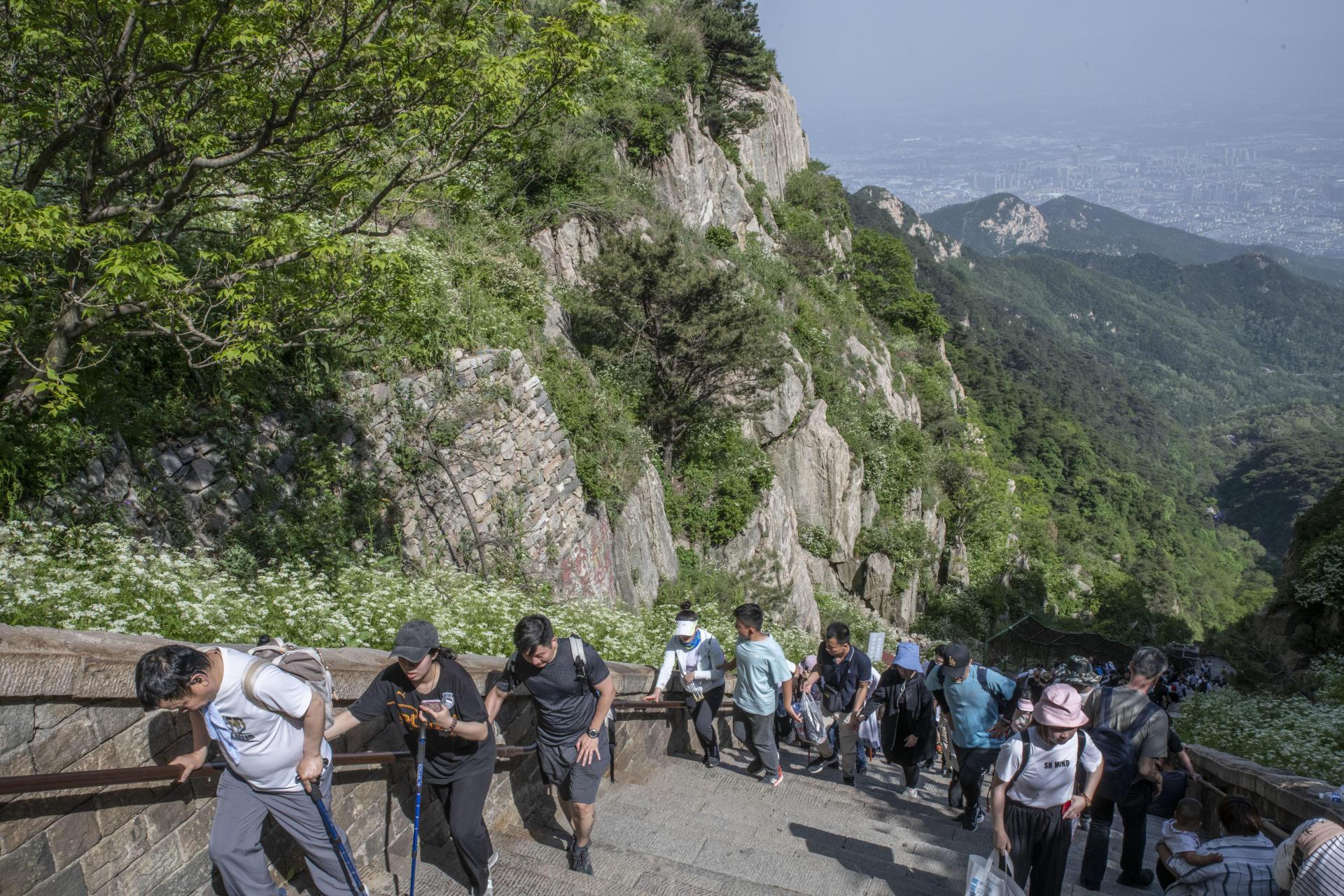 Des pèlerins grimpent les près de 7 000 marches du mont Taishan (Shandong), montagne sacrée du taoïsme.