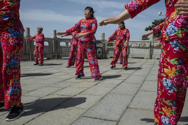 Des danseuses en pèlerinage au mont Taishan (Shandong).