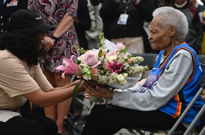 Viola Fletcher, survivante du massacre de Tulsa, reçoit des fleurs, le 31 mai 2021, à l'occasion d'une cérémonie du souvenir.