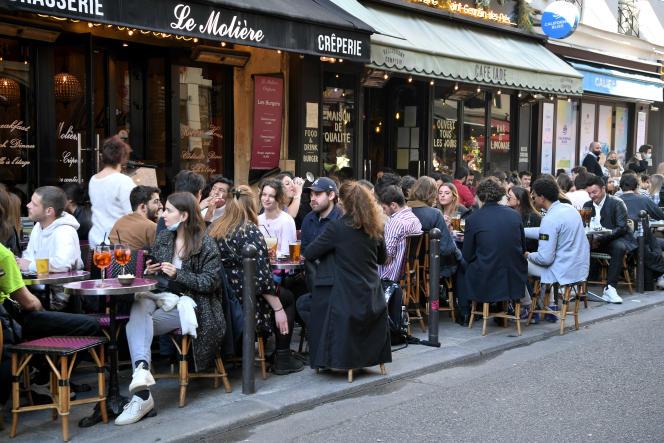 Les terrasses des restaurants font le plein, à Paris, le 19 mai.