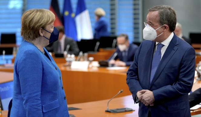 La chancelière allemande, Angela Merkel, et le candidat de la CDU-CSU aux prochaines législatives, Armin Laschet, à Berlin le 31 mai 2021 lors du conseil germano-français, organisé en visioconférence.