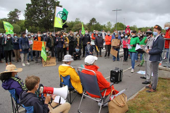 Manifestation à proximité de l'aéroport de Vannes le 15 mai contre la nouvelle ligne aérienne de Finistair qui relie la ville du Morbihan à Belle-Ile-en Mer.